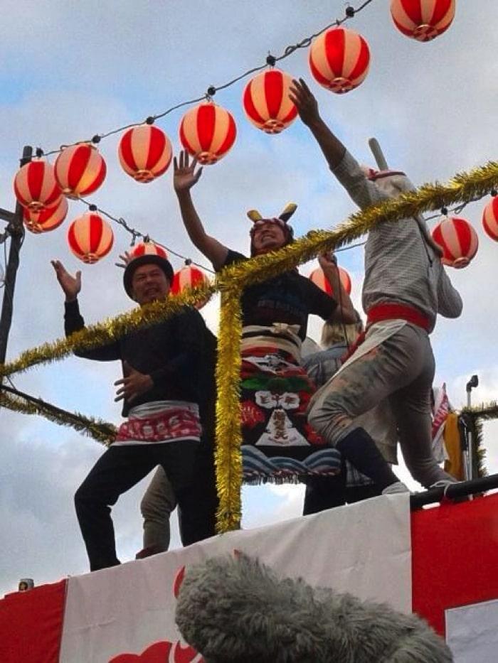 フェスでおなじみの祭太郎とアーティストが踊っている写真