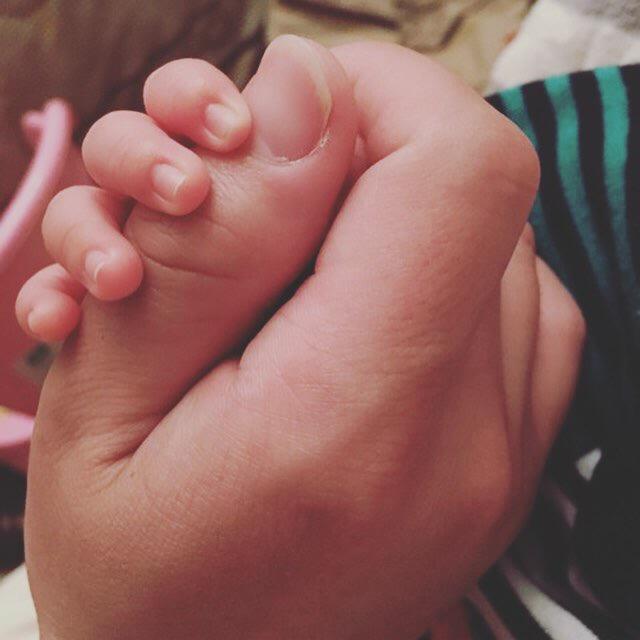 子どもとお父さんの手
