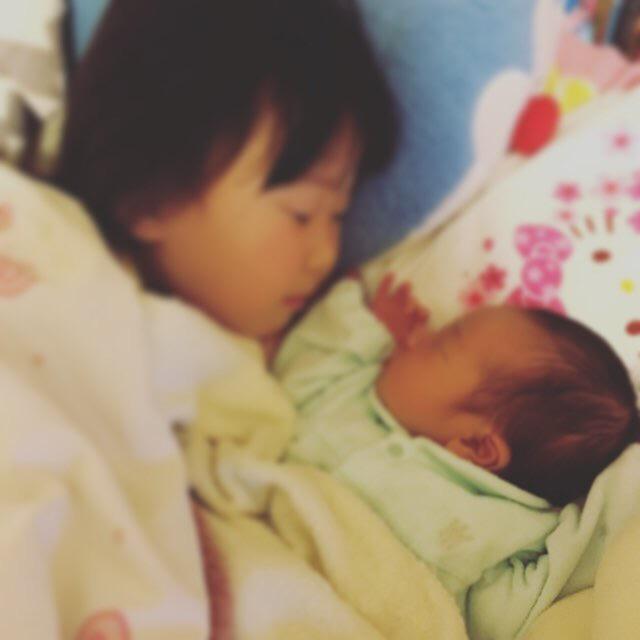 姉と一緒に寝る赤ちゃん