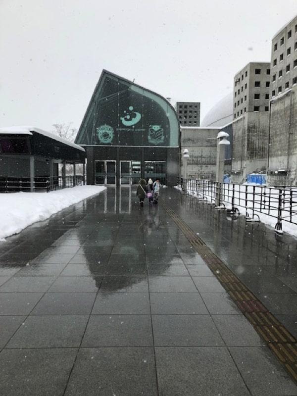 札幌ドームキッズパークへ向かう道を歩く子ども