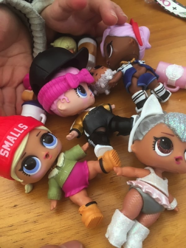 娘が持っているL.O.L.サプライズ!のおもちゃ